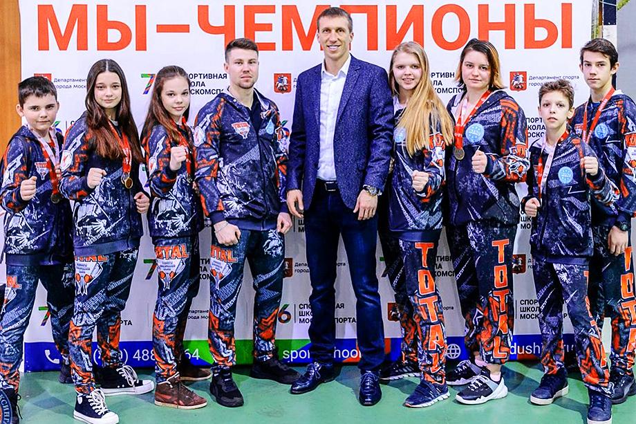 Протестующие спортсмены считают легитимным президентом ФКР главного тренера сборной России Михаила Герасимова (по центру)