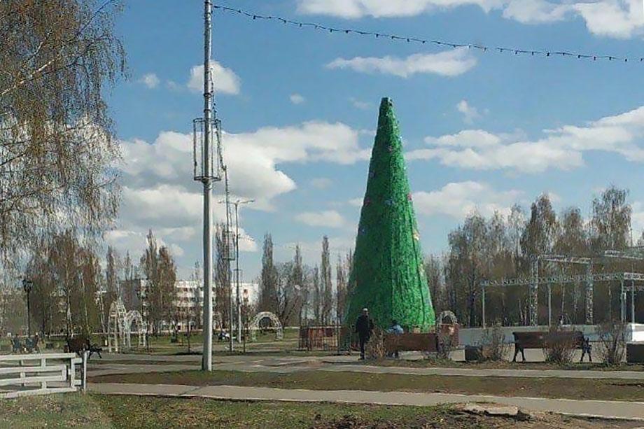 В Агидели решили не убирать новогоднюю ёлку, поскольку её демонтаж обходится примерно в 800 тыс. рублей.