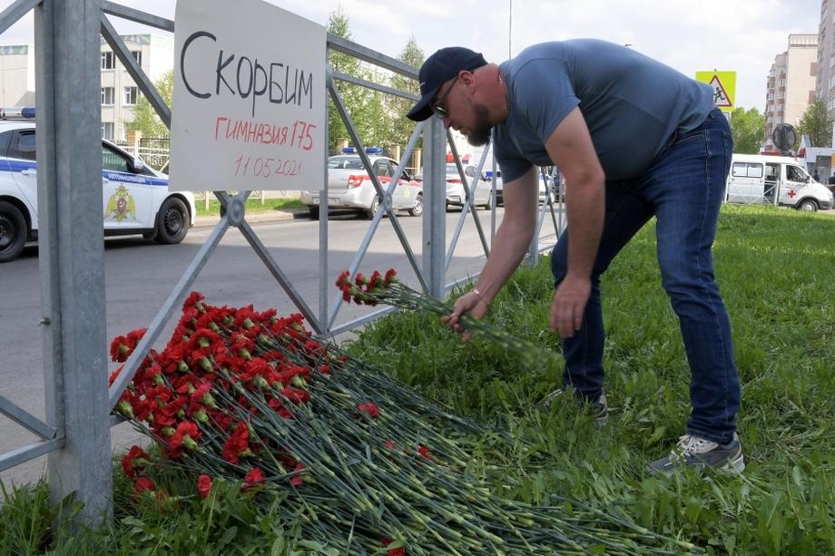 Сочувствующие уже начали приносить цветы к месту трагедии.