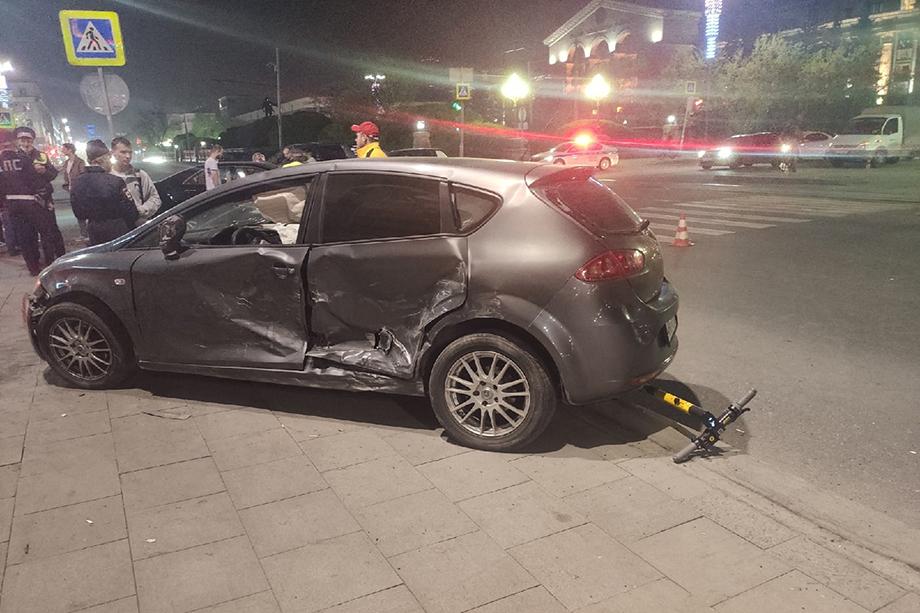 От столкновения иномарку отбросило на тротуар, она врезалась в прохожих.