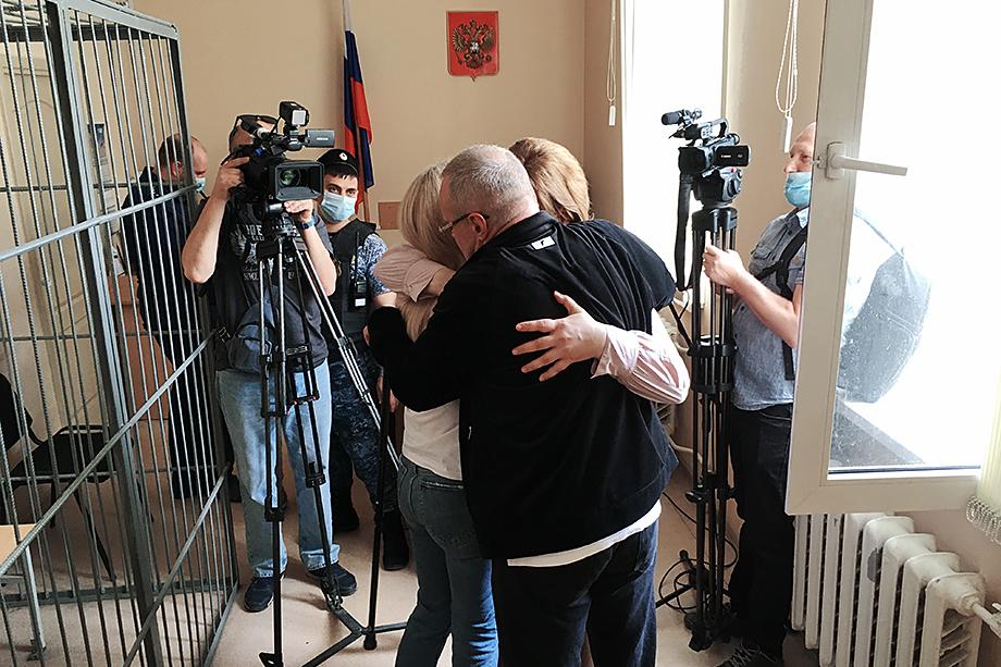 Андрей Овчинников обнимает жену после оглашения решения суда.
