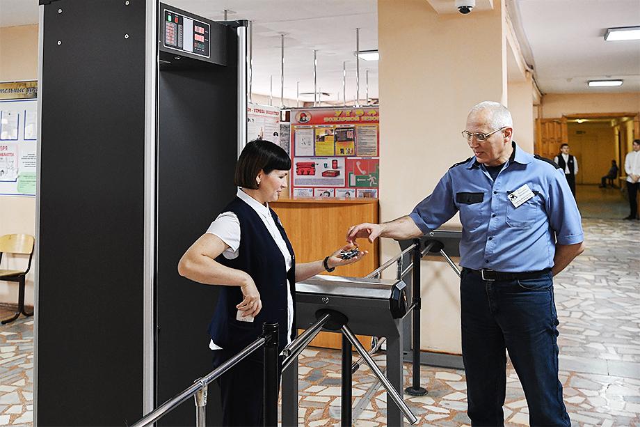 Охранник в образовательном учреждении должен понимать специфику работы охранной и пожарной сигнализаций.