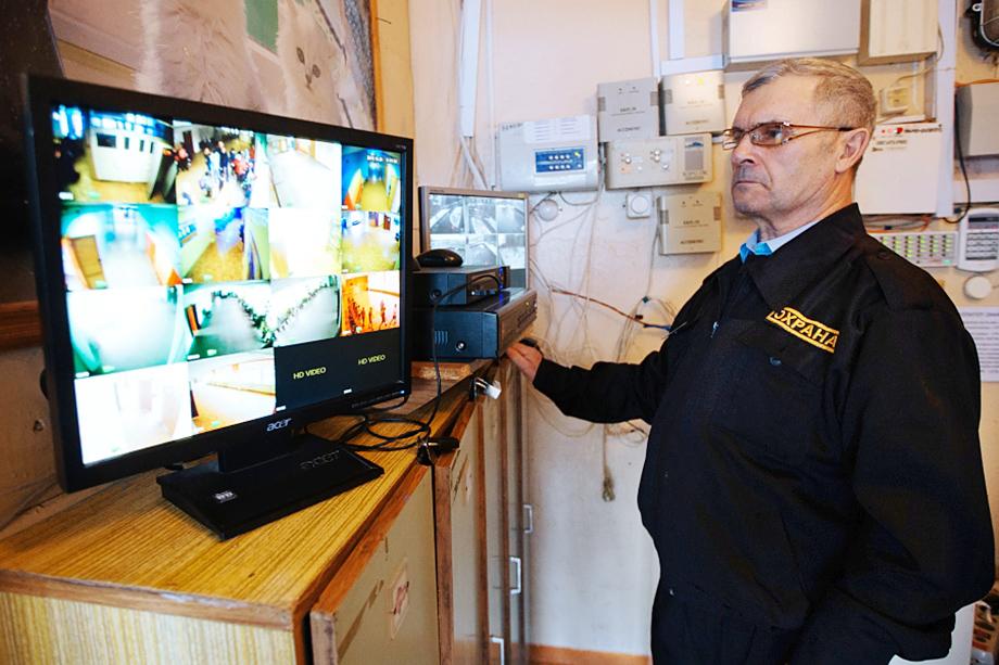 Сотрудник службы безопасности обязан отслеживать происходящее в школе через систему камер видеонаблюдения.