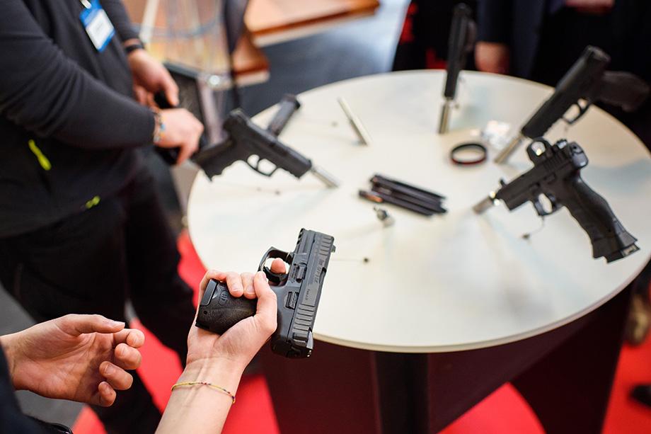 Президент США Джо Байден ещё во время своей предвыборной кампании обещал подписать целую серию исполнительных указов, ограничивающих доступ американцев к стрелковому оружию.