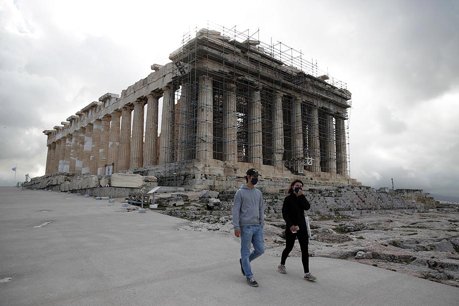 Власти Греции заявили об открытии туристического сезона, несмотря на высокие показатели заболеваемости коронавирусом.