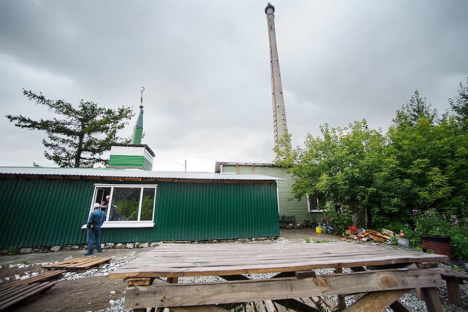 Молельный дом «Нур-Усман» у телебашни. Сейчас оба здания уже снесены.
