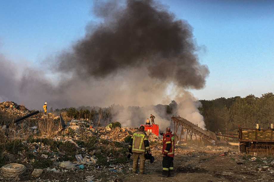Пожарные проливают горящие участки полигона.