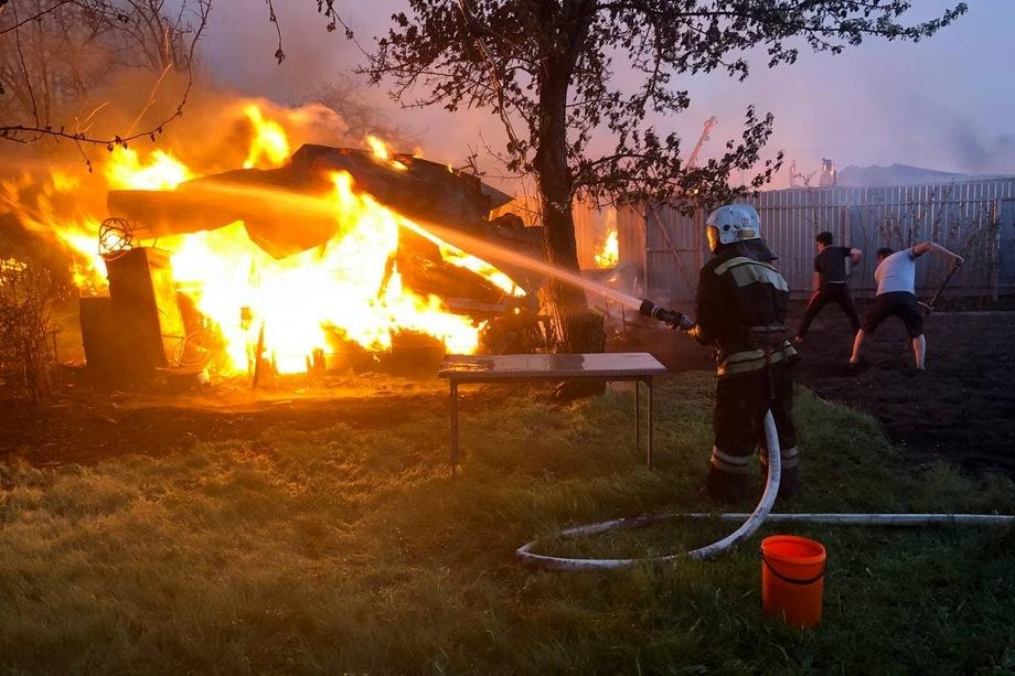 Пожар может распространиться на коллективные сады.