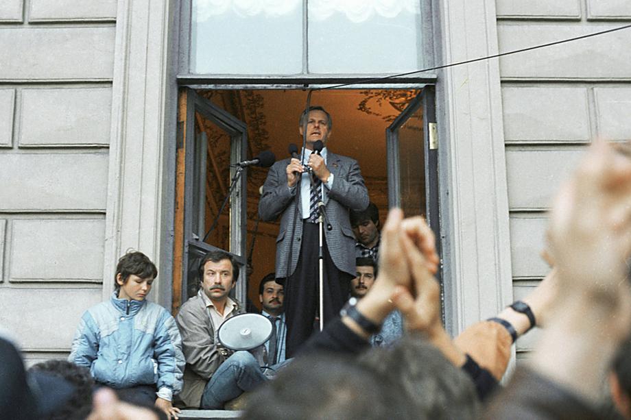 Из всех глав города на Неве постсоветского времени только Анатолий Собчак (в окне) ушёл со своего поста после полного истечения первого срока.