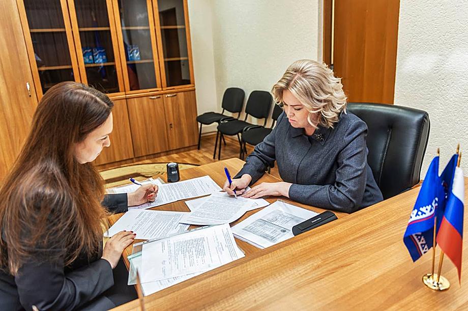 Вице-губернатор Ирина Соколова (на фото справа) подала документы на праймериз «Единой России» по выборам депутатов Тюменской областной думы.