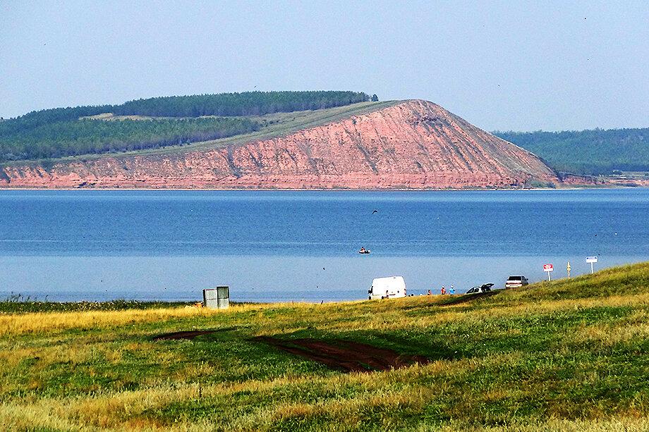 Вода в озере становится грязнее из-за смыва почвы со склонов берега.