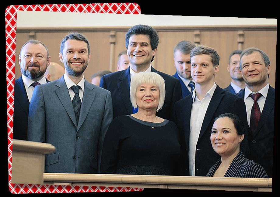 Два брата-парламентария, Алексей (в первом ряду крайний слева) и Григорий (на заднем плане второй справа) Вихаревы, наконец-то примирились.