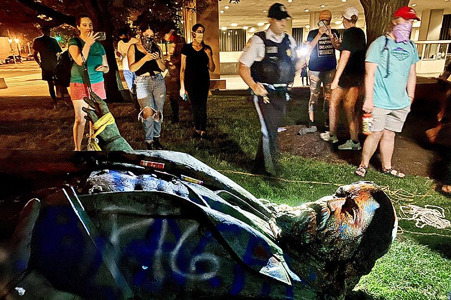 20 июня 2020 года. Вашингтон. Активисты Black Lives Matter сбросили с пьедестала памятник генералу конфедерации Альберту Пайку. Вандальная надпись на памятнике: «Свинья».