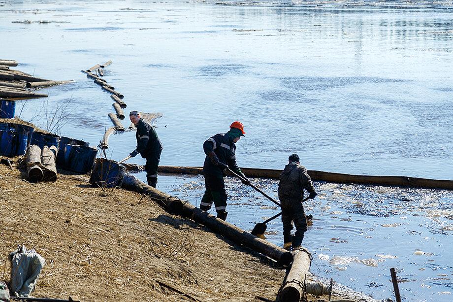 Ликвидация последствий утечки нефти из Ошского трубопровода в реку Колву.