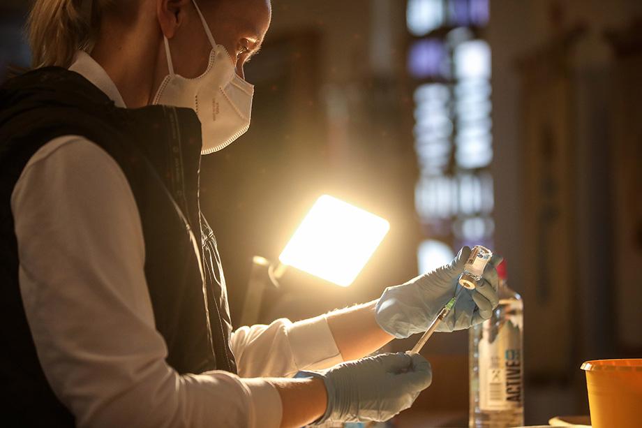 Вакцинация от коронавируса – новая реальность, адаптация населения к которой требует времени и работы с людьми без давления.