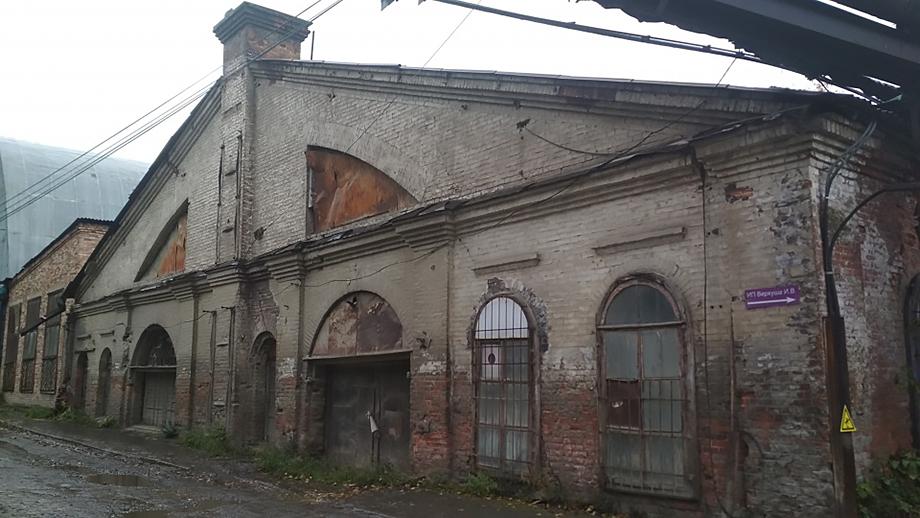 У цеха оказалось два собственника. Завод уже сдал часть площадей в аренду, а чиновники хотели продать здание.