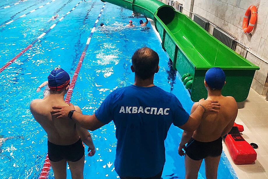 В отряд поисково-спасательной службы на воде стараются отбирать молодых людей, которые уже занимаются плаванием.