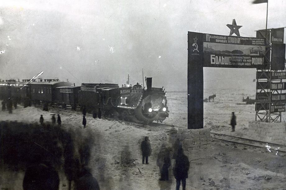 В условиях вечной мерзлоты воркутинцы срочно возводили шахты и железную дорогу, чтобы обеспечить бесперебойную добычу и доставку угля для многих городов Советского Союза.