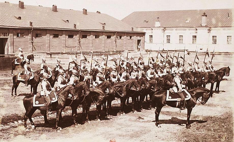 Русские кавалергарды. 1892 год. Церемония развода караулов зародилась на Руси во времена правления Ивана III.