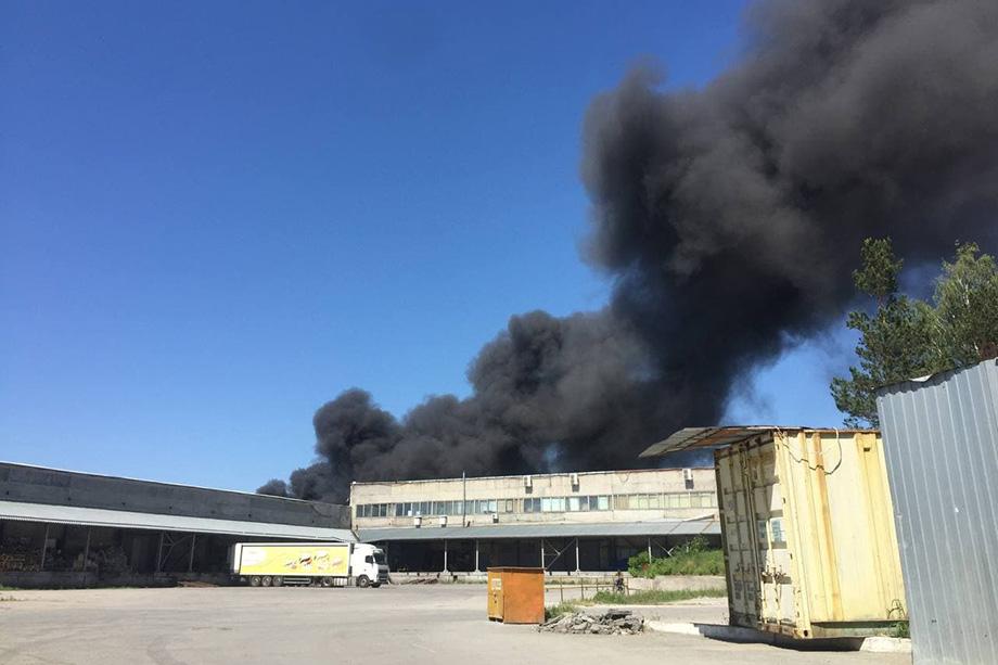 На территории Турбинного завода горят мусор и ангар. Рядом находятся бочки с ГСМ.