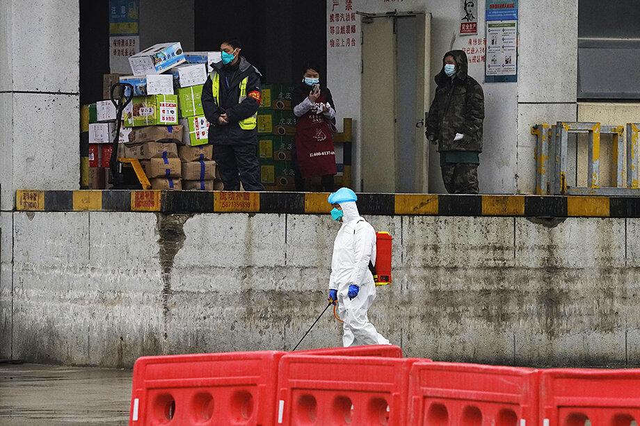 Бывший директор отдела Госдепартамента США по гуманитарным проблемам Джэмми Метцла заявляет, что с вероятностью 85 процентов утечка вируса из Уханьской лаборатории произошла, но случайно.