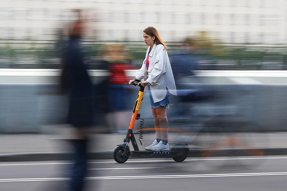 Представители власти требуют, чтобы скорость движения электросамокатов была ограничена 10 километрами в час.
