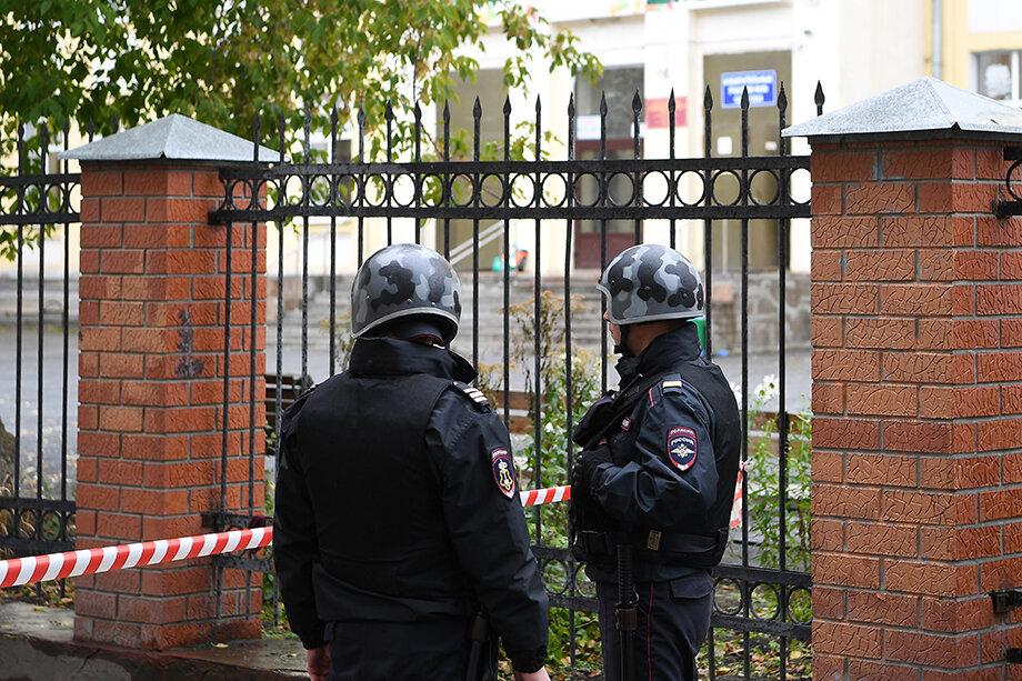 Сотрудники правоохранительных органов обследуют здания на наличие взрывных устройств.
