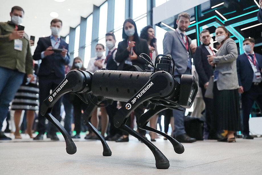Собака-робот китайской компании Unitree Robotics развлекает участников ПМЭФ-2021.