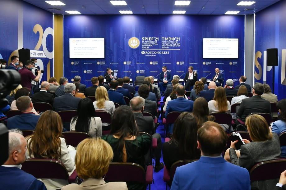 Во время дискуссии с тремя министрами РФ организаторам пришлось негласно ослабить санитарные нормы, чтобы вместить желающих.