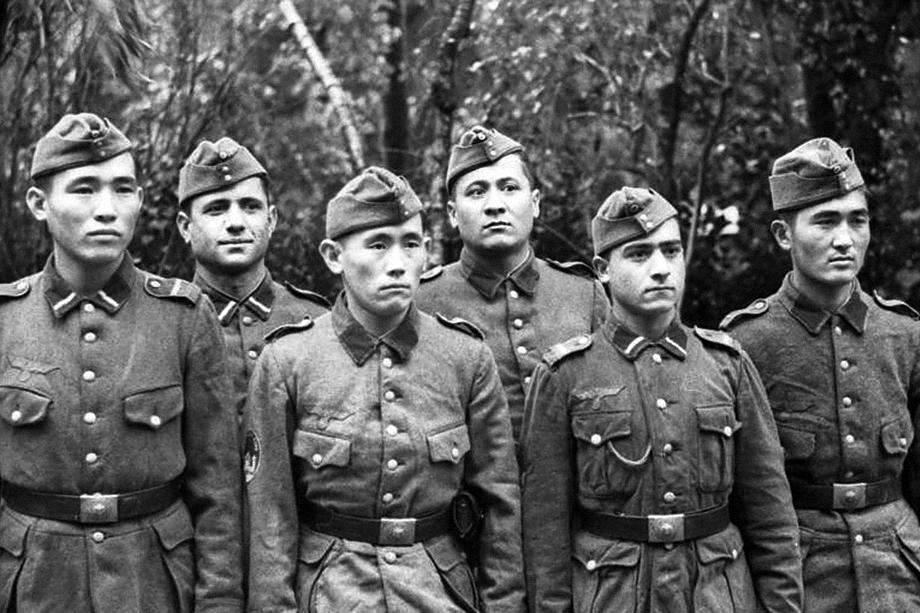 Туркменские добровольцы Туркестанского легиона вермахта во Франции, 1943 год.