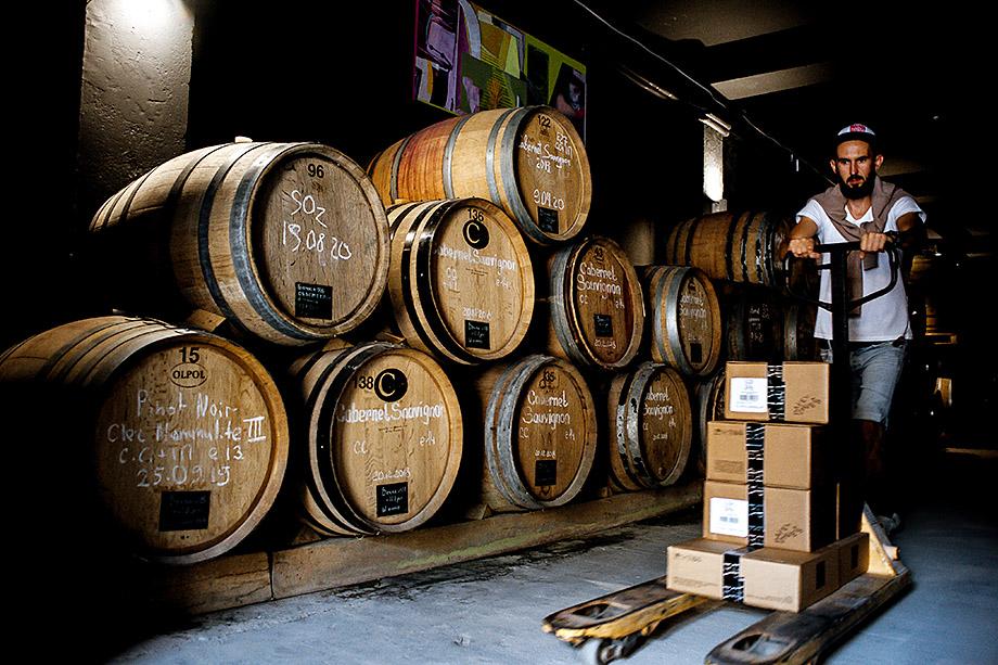 Сырный бум напрямую связан с активным развитием на полуострове малого авторского виноделия. Винодельческое хозяйство Павла Швеца UPPA Winery в селе Родное.