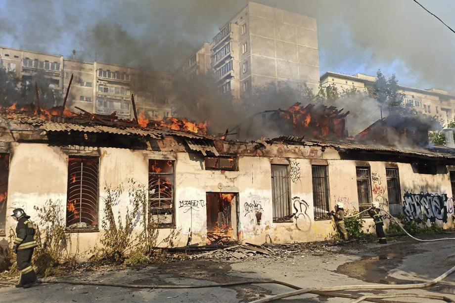 Нежилое строение загорелось на улице Бажова в Екатеринбурге.