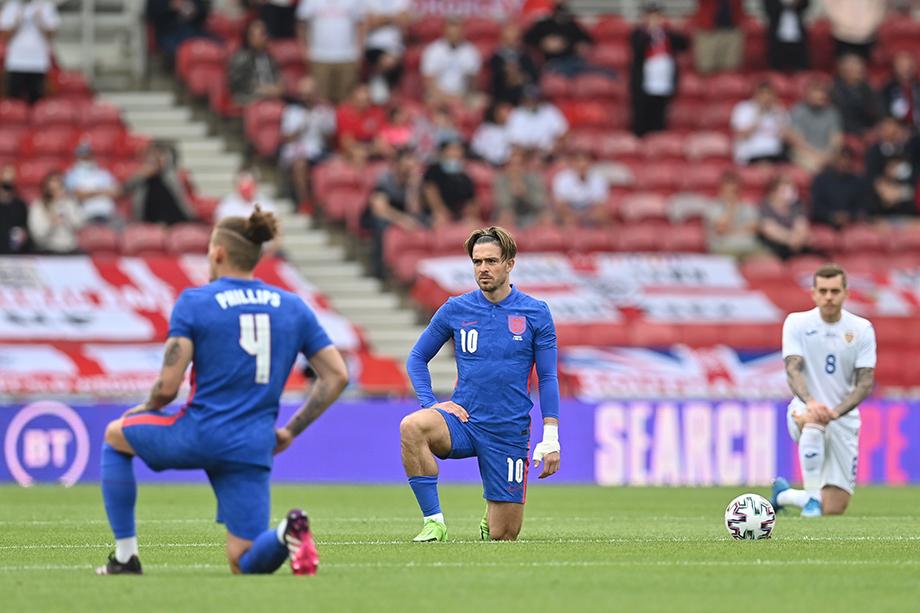 Во время матча между Англией и Румынией футболисты преклонили колено в знак солидарности с Black Lives Matter.