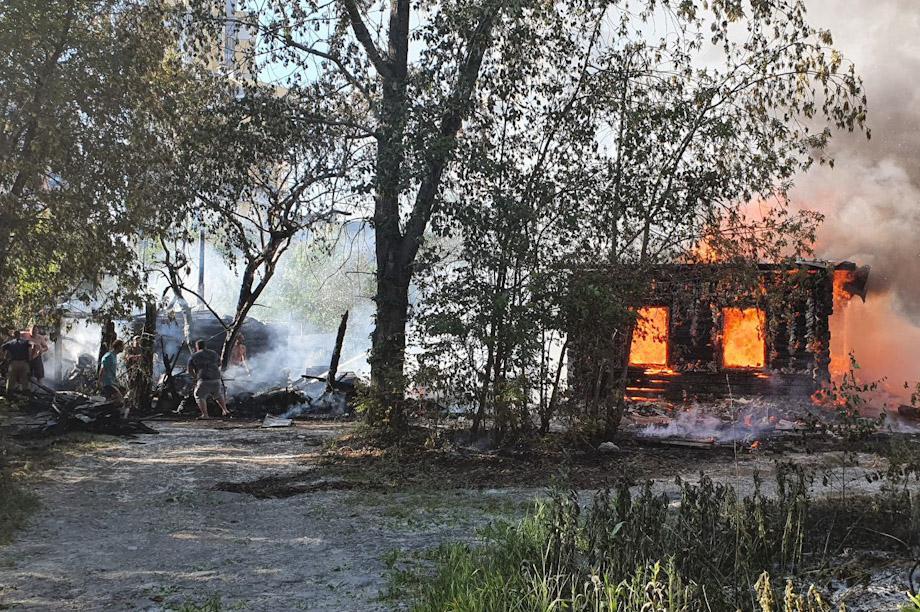 На жилые дома огонь перекинулся с горящего тополиного пуха.