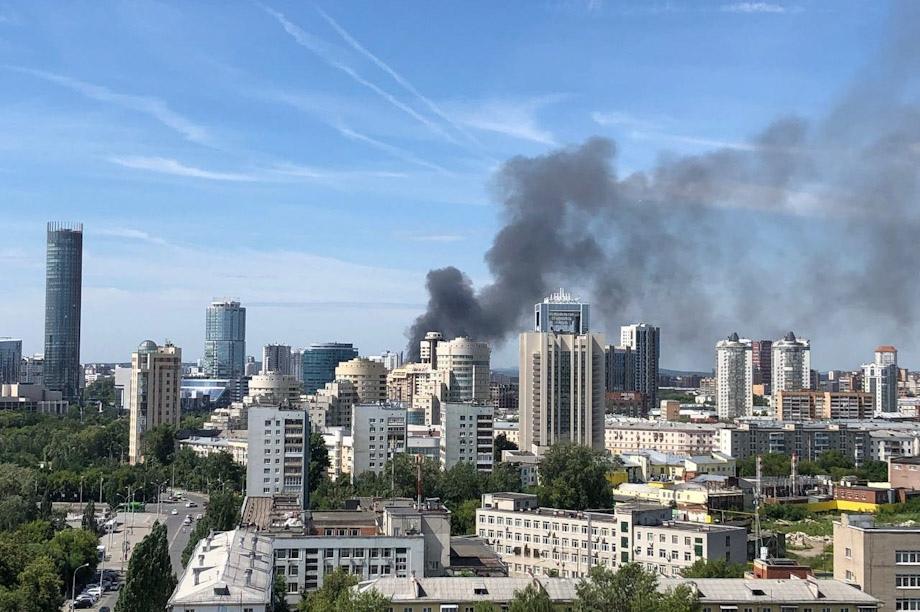 В Екатеринбурге горят частные дома