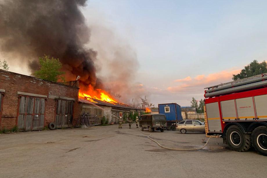 Пожарным удалось не допустить взрыва газовых баллонов в Верхней Пышме.