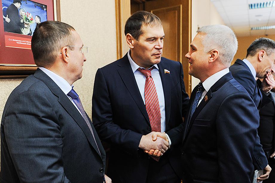 В Госдуме Андрей Барышев (на фото в центре) входит в состав фракции «Единой России», но на деле давно стал антагонистом партии.