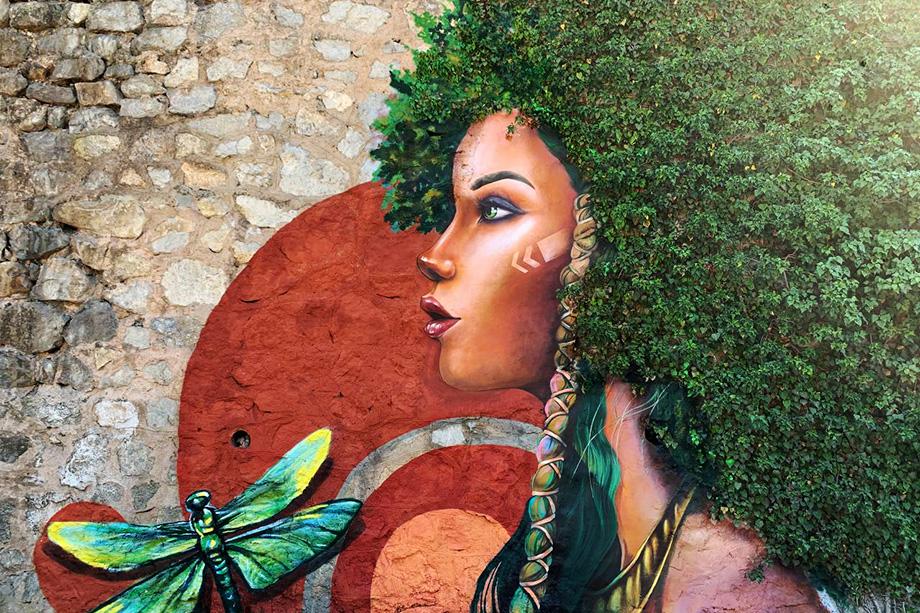 Крымские художники украсили подпорные стены в Ялте граффити.