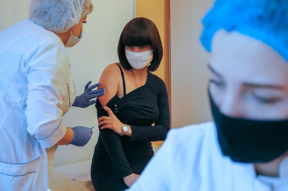 Вакцинировать от COVID-19 поручили работников торговли, транспорта, медицины, сферы ЖКХ.