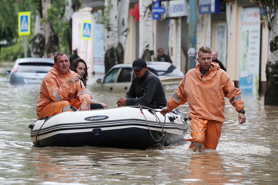 Эвакуация населения продолжается. Фото: Сергей Мальгавко/ТАСС