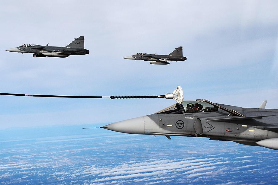 Во второй половине 1990-х Швеция приняла на вооружение истребитель JAS-39C/D Gripen и горела желанием экспортировать его.