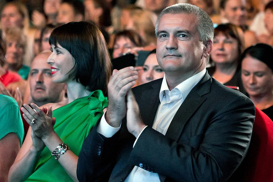 Сергей Аксёнов и его супруга продолжают «бедствовать».