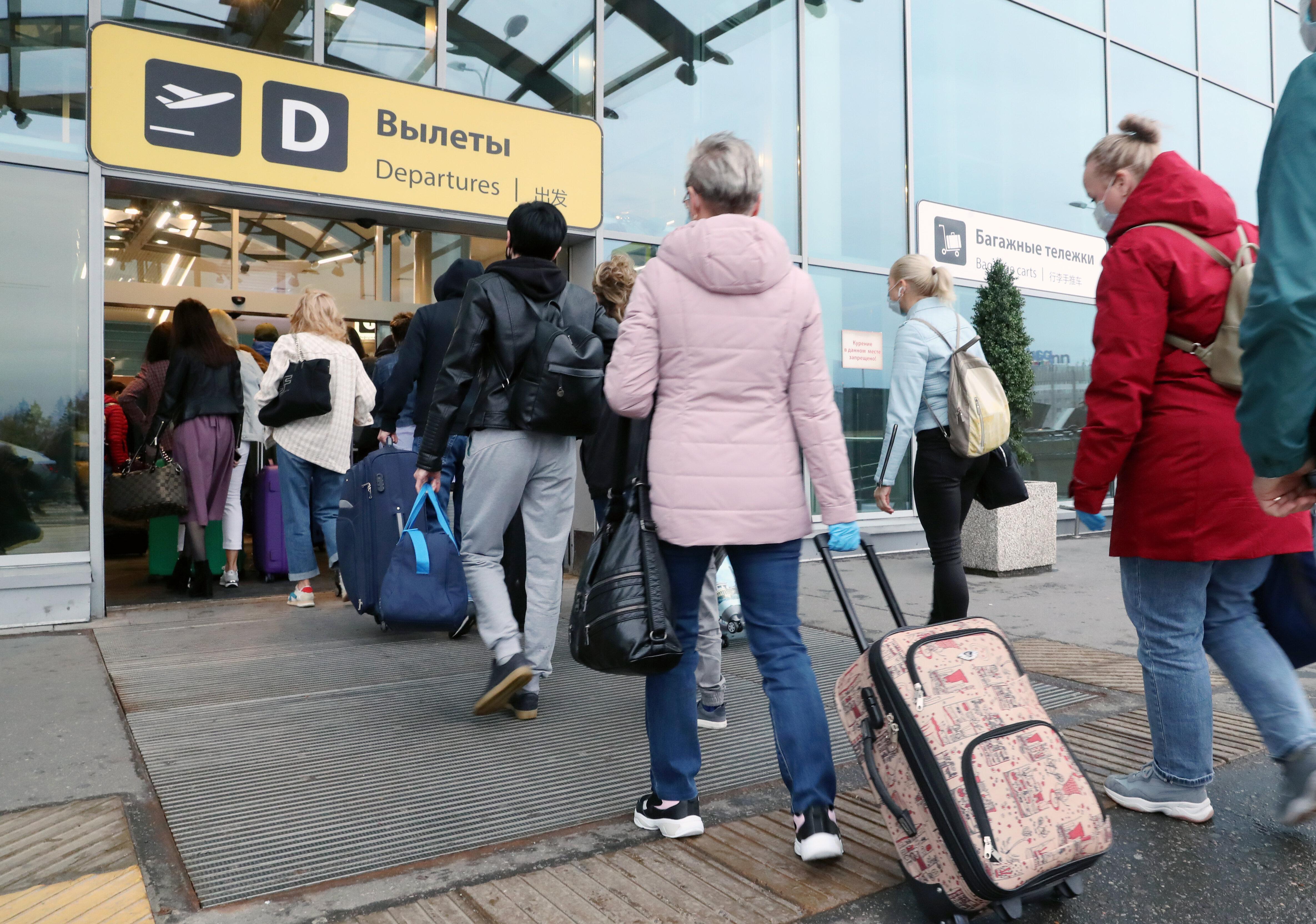На фоне объявления Собяниным очередной противоковидной кампании возобновляются авиарейсы в европейские страны и Турцию.
