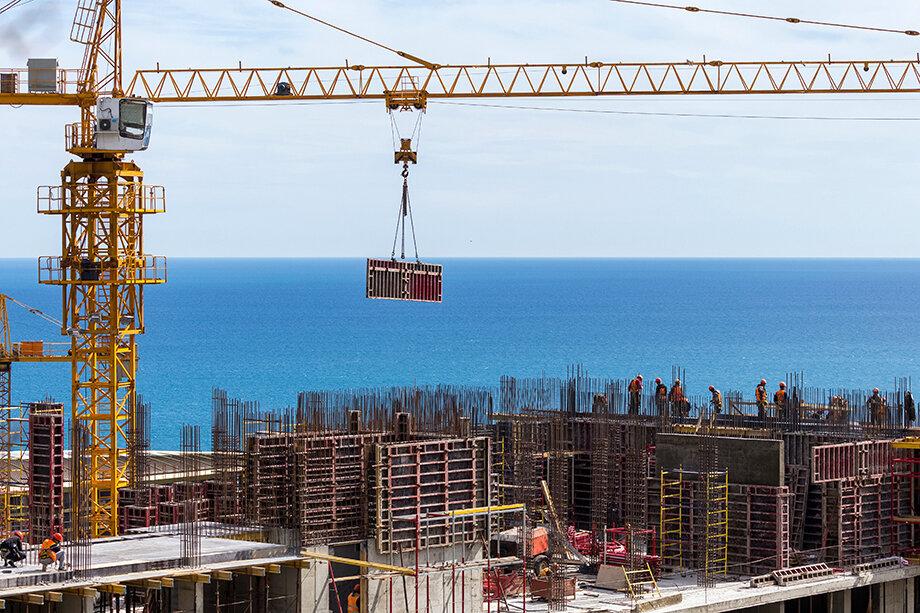 В данный момент на полуострове на частные деньги ведётся строительство сразу нескольких жилых комплексов.