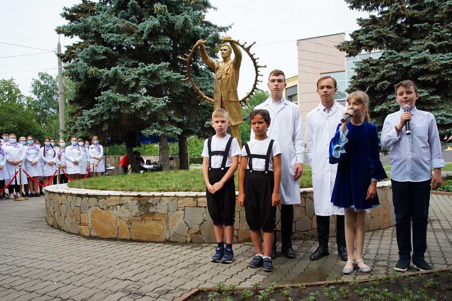 В Челябинске открыли памятник подвигу медиков.