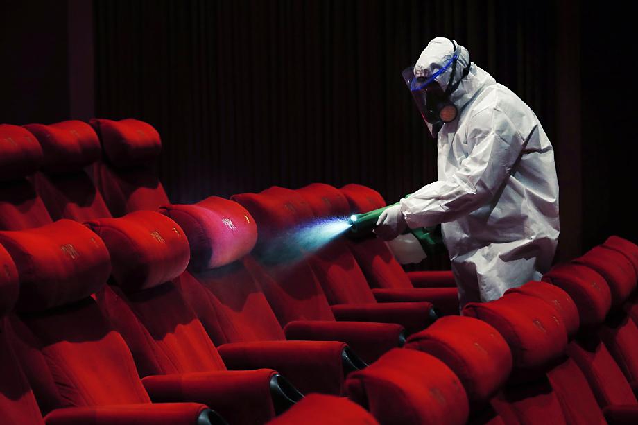 Ограничения коснулись и кинотеатров – там даже запрещено продавать еду.
