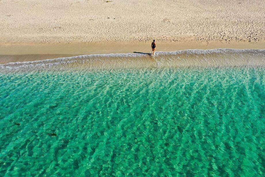 Одним из лучших считается пляж на косе Беляус, которая расположена недалеко от посёлка Черноморское. Его сравнивают с Мальдивами.