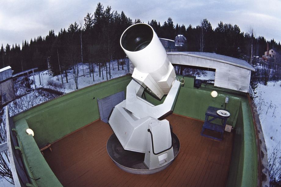 Сотрудники обсерватории помогают составлять прогнозы, чтобы действующие космические аппараты не сталкивались с вышедшими из строя.