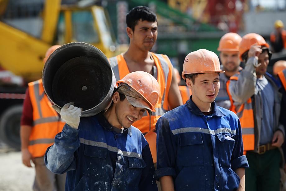Во время пандемии трудовые мигранты разъехались. Это и привело к кадровому дефициту на рабочих специальностях.