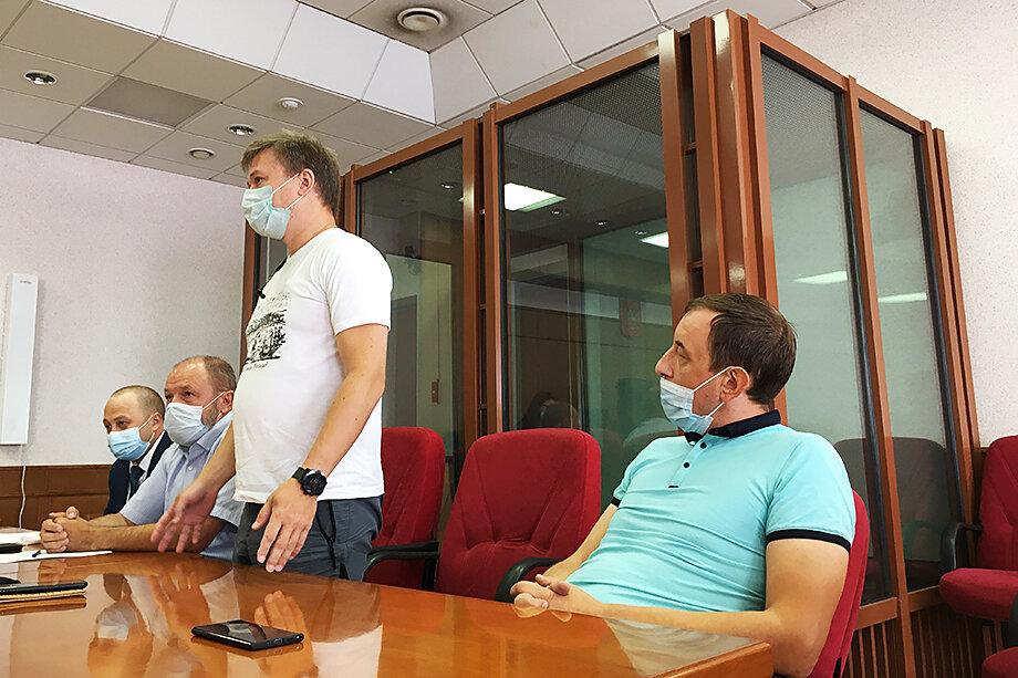 Александр Харин и Илья Брыляков (справа налево) во время слушания по делу финансовой пирамиды «Актив-Инвест».